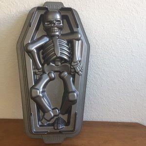 Wilton Heavy Duty Non-Stick Skeleton Baking Pan
